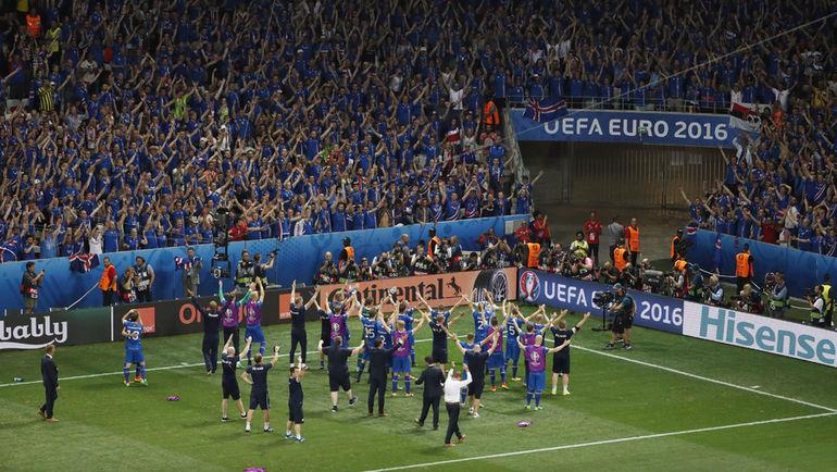 Понедельник. Ницца. Англия - Исландия - 1:2. Игроки сборной Исландии вместе с болельщиками празднуют самую громкую победу в своей истории. Фото Reuters