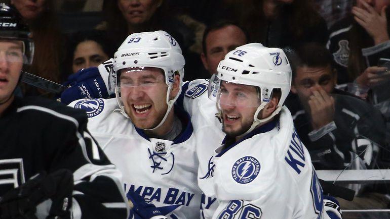 Никита НЕСТЕРОВ (слева) празднует с Никитой КУЧЕРОВЫМ свою первую шайбу в НХЛ. Фото AFP