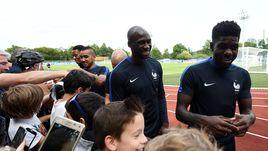 Вчера. Клерфонтэн. Эльяким МАНГАЛА (в центре) на открытой тренировке сборной Франции.