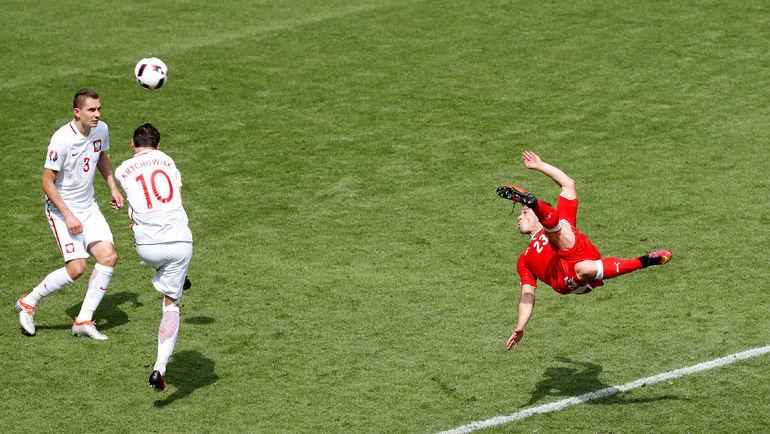 25 июня. Сент-Этьен. Швейцария - Польша - 1:1, пен. - 4:5. 82-я минута. Голевой удар Джердана ШАЧИРИ (№23). Фото Reuters