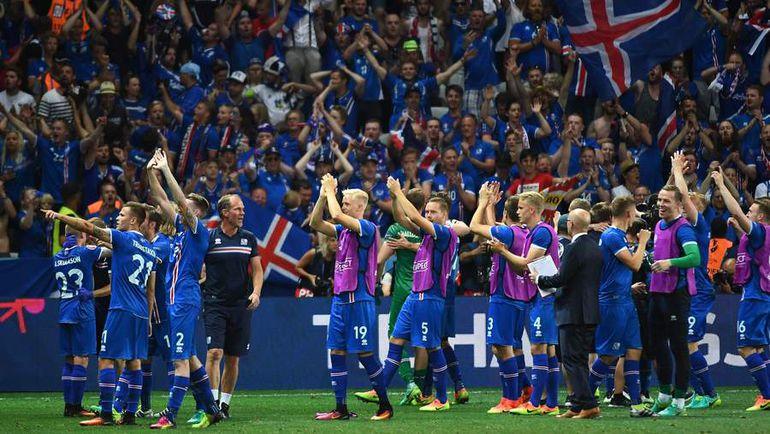 27 июня. Ницца. Англия - Исландия - 1:2. Игроки сборной Исландии вместе с болельщиками празднуют самую громкую победу в своей истории. Фото AFP