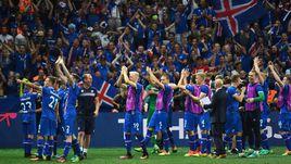 27 июня. Ницца. Англия – Исландия – 1:2. Игроки сборной Исландии вместе с болельщиками празднуют самую громкую победу в своей истории.