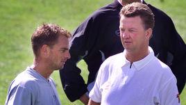 2000 год. Главный тренер сборной Голландии Луи ВАН ГАЛ (справа) и Роналд ДЕ БУР.