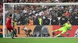 Четверг. Марсель. Польша - Португалия - 1:1 (пен. - 3:5). КРИШТИАНУ РОНАЛДУ забивает пенальти в послематчевой серии.