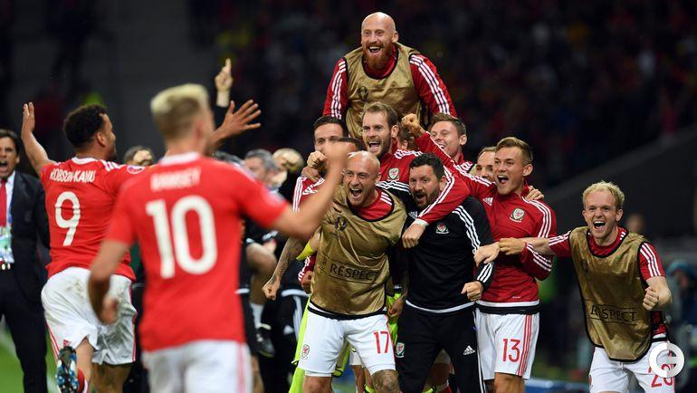Пятница. Лилль. Уэльс - Бельгия - 3:1. Игроки сборной Уэльса празднуют победу.