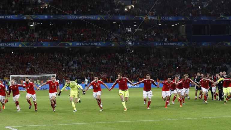 Пятница. Лилль. Уэльс - Бельгия - 3:1. Победители разделяют радость со своими болельщиками. Фото Reuters