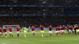 Пятница. Лилль. Уэльс - Бельгия - 3:1. Победители разделяют радость со своими болельщиками.
