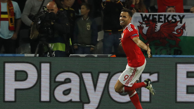 Пятница. Лилль. Уэльс - Бельгия - 3:1. Хэл РОБСОН-КАНУ празднует победный гол. Фото AFP