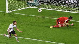 Вчера. Бордо. Германия - Италия - 1:1, пен. - 6:5. Только что Йонас ХЕКТОР поставил точку в серии пенальти.