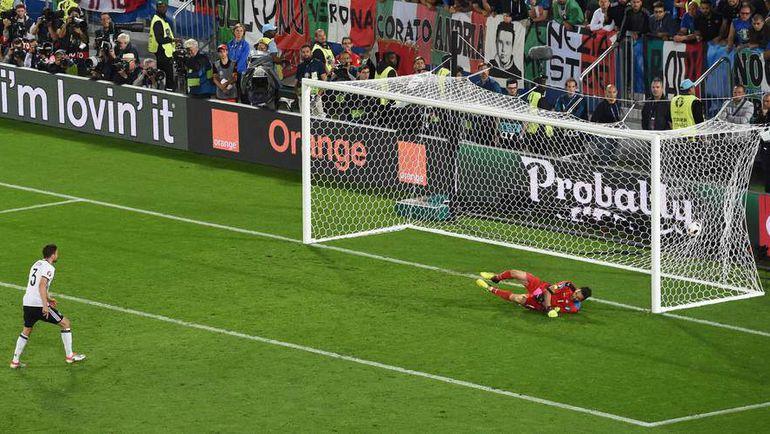 Суббота. Бордо. Германия - Италия - 1:1. Пенальти – 6:5. Йонас ХЕКТОР реализовывает победный 11-метровый удар. Фото Reuters