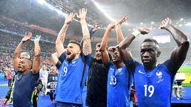 Воскресенье. Париж. Франция - Исландия - 5:2. Французы празднуют выход в полуфинал.