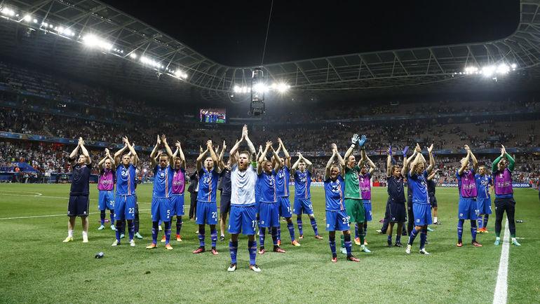 Игроки сборной Исландии празднуют победу над Англией (2:1). Фото REUTERS