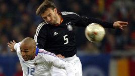 15 ноября 2003 года. Гельзенкирхен. Германия – Франция – 0:3. В борьбе Тьерри АНРИ и Йенс НОВОТНЫ.