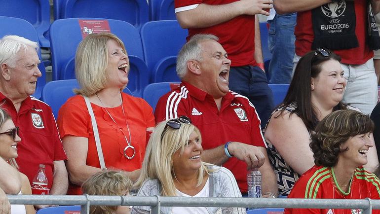 Сегодня. Лион. Родители Гарета БЭЙЛА Дебби и Франк перед полуфинальным матчем сборных Португалии и Уэльса.