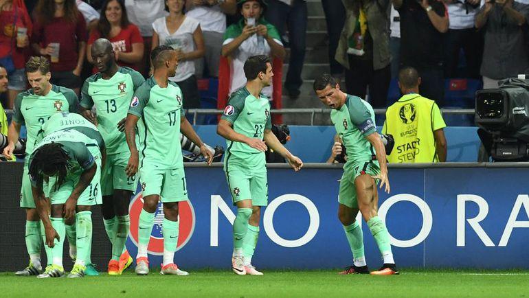 Среда. Лион. Португалия - Уэльс - 2:0. КРИШТИАНУ РОНАЛДУ празднует свой гол с партнерами. Фото AFP