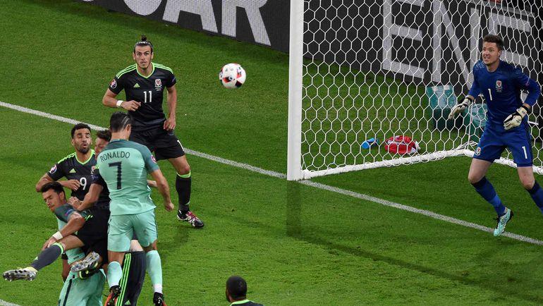 Вчера. Лион. Португалия - Уэльс - 2:0. 50-я минута. Гол КРИШТИАНУ РОНАЛДУ (№7). Гарет БЭЙЛ (№11) - в качестве зрителя. Фото AFP