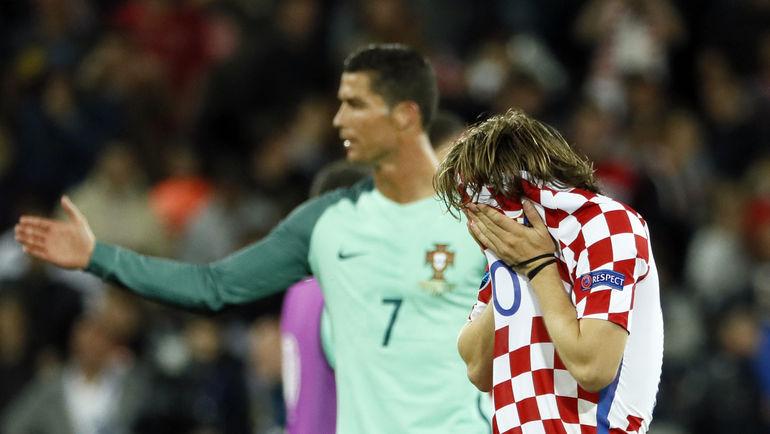 25 июня. Ланс. Хорватия - Португалия - 0:1. Криштиану РОНАЛДУ (слева) и Лука МОДРИЧ. Фото Reuters