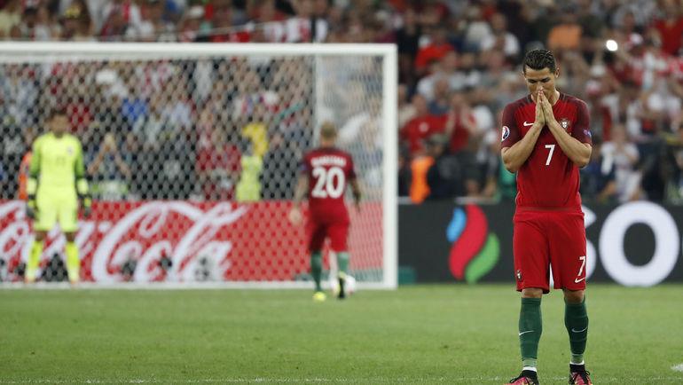 30 июня. Марсель. Польша - Португалия - 1:1. Криштиану РОНАЛДУ очень переживал за партнеров во время серии пенальти. Фото Reuters