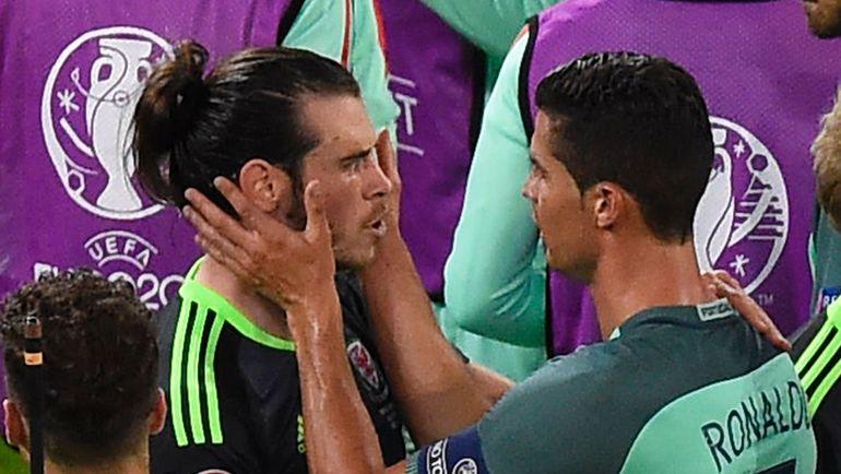 Среда. Лион. Португалия - Уэльс - 2:0. Гарет БЭЙЛ (слева) и Криштиану РОНАЛДУ. Фото AFP