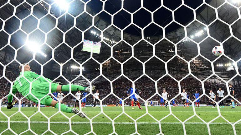 Четверг. Марсель. Германия - Франция - 0:2. 45+2-я минута. Победный удар Антуана ГРИЗМАННА с 11-метровой отметки. Фото AFP