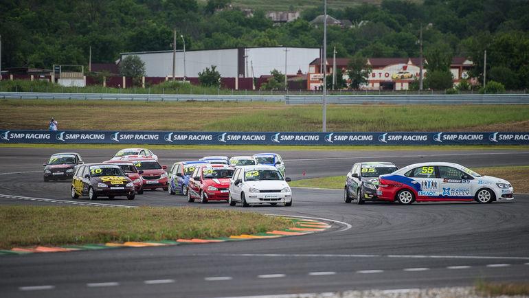 Помимо гонок зрители каждый раз с удовольствием приходят на автограф-сессии и азартно сражаются друг с другом за рулем компьютерных симуляторов компании RaceRoom.