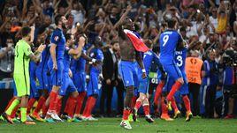Игроки сборной Франции празднуют выход в финал Euro-2016.