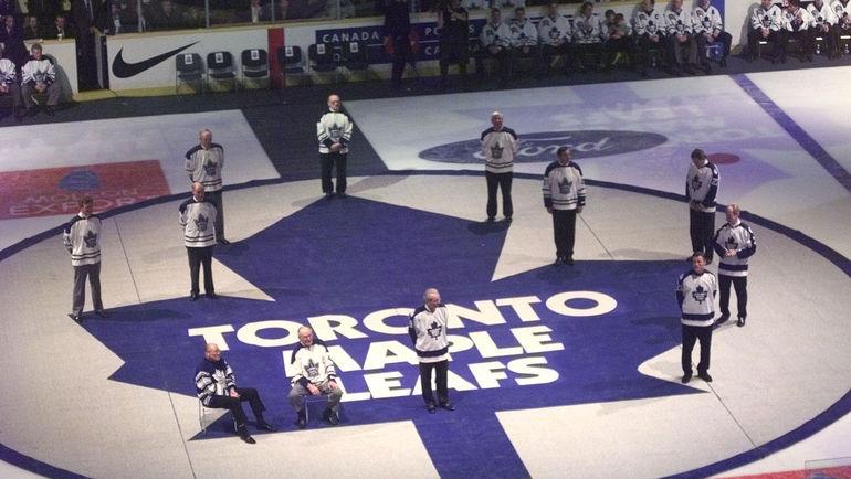 """Члены Зала славы """"Торонто"""" стоят на клубном логотопе во время торжественной церемонии. Фото Reuters"""