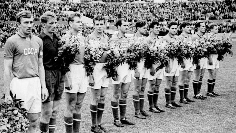 1957 год. Игрок сборной СССР Анатолий ИСАЕВ - третий справа. Фото Олег НЕЕЛОВ