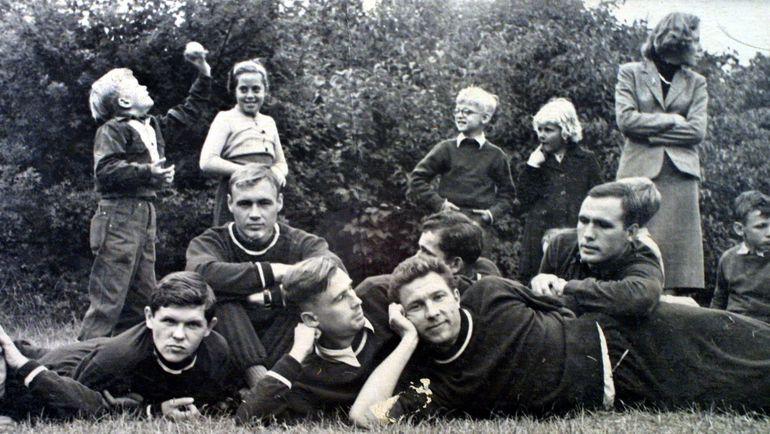 Анатолий ИСАЕВ (слева) - в Тарасовке с Николаем ПАРШИНЫМ, Сергеем КОРШУНОВЫМ, Анатолием БАШАШКИНЫМ и Виктором ВАСИЛЬЕВЫМ.