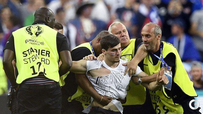 Сегодня. Сен-Дени. Португалия - Франция. Французский фанат пытается прорваться на поле.