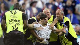 Французский фанат попытался прорваться на поле финала Euro-2016
