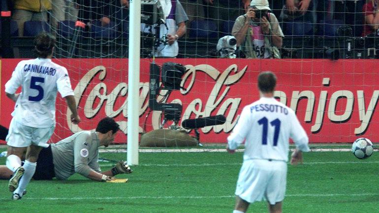 2 июля 2000 года. Франция - Италия - 2:1 д.в. Франческо ТОЛЬДО пропускает гол Сильвена Вильтора. Фото Reuters
