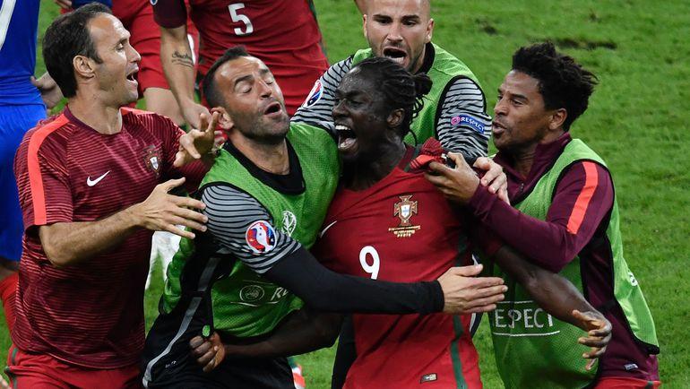 Сегодня. Сен-Дени. Португалия - Франция - 1:0 д.в. Автор победного гола португальцев ЭДЕР в объятиях партнеров. Фото AFP