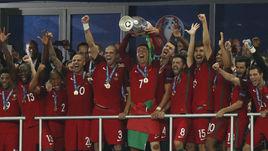 Вчера. Сен-Дени. Португалия - Франция - 1:0. Кубок - в руках КРИШТИАНУ РОНАЛДУ.