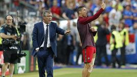 Вчера. Сен-Дени. Португалия - Франция - 1:0. КРИШТИАНУ РОНАЛДУ (справа) и ФЕРНАНДУ САНТУШ руководят игрой команды.