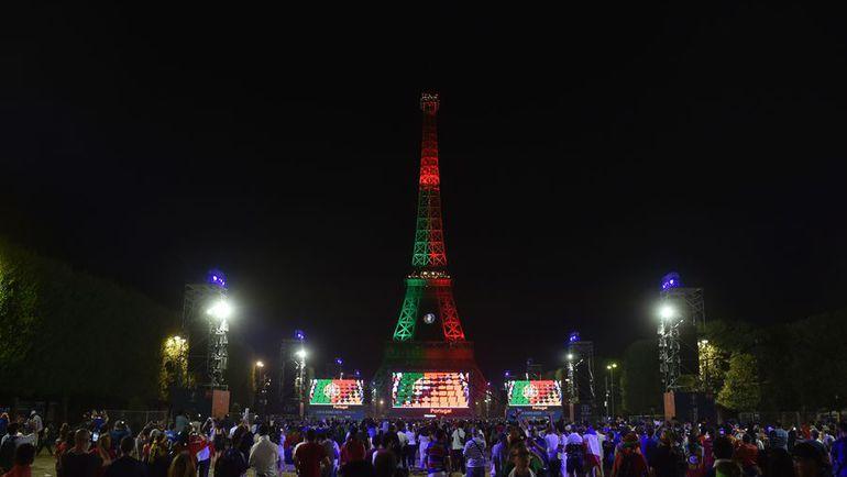 Воскресенье. Париж. Символ Франции - Эйфелева башня окрашена в цвета Португалии - победителя Euro-2016. Фото AFP