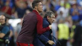 Воскресенье. Сен-Дени. Португалия - Франция - 1:0. КРИШТИАНУ РОНАЛДУ (слева) и Фернанду САНТУШ.