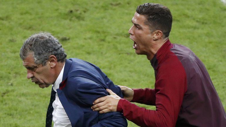 10 июля. Сен-Дени. Португалия - Франция - 1:0 д.в. КРИШТИАНУ РОНАЛДУ (справа) и Фернанду САНТУШ. Фото Reuters