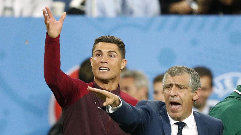 ФЕРНАНДУ САНТУШ (справа) вместе с КРИШТИАНУ РОНАЛДУ привел Португалию к победе на Euro. И привлек интерес из Китая. Фото Reuters