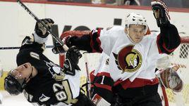 Один из самых бесстрашных российских защитников НХЛ Антон ВОЛЧЕНКОВ (справа) борется на пятачке с Сидни КРОСБИ.