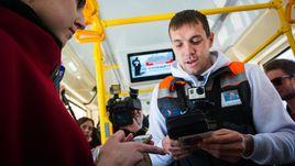 Апрель. Санкт-Петербург. Артем ДЗЮБА в рамках благотворительного проекта выступил в роли кондуктора трамвая.