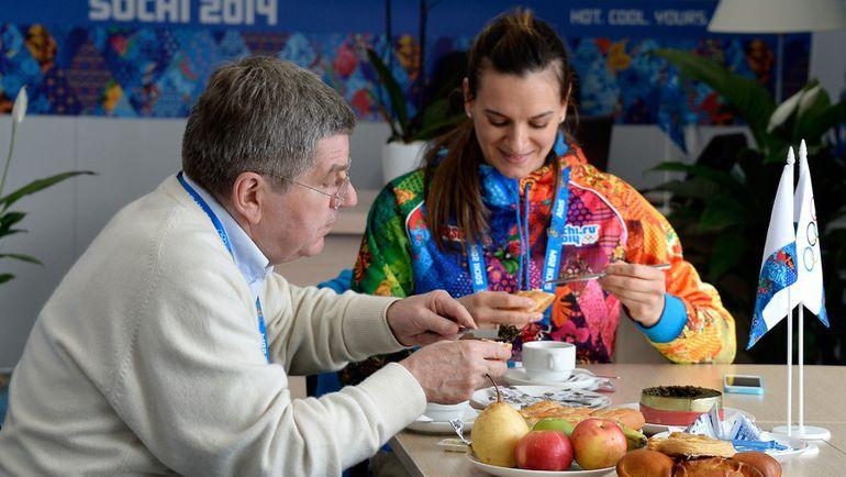 1 февраля 2014 года. Сочи. Президент МОК Томас БАХ в гостях у Елены ИСИНБАЕВОЙ – мэра Олимпийской деревни. Фото AFP