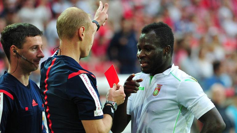 Эммануэл ФРИМПОНГ получает красную карточку. Не такое уж редкое событие. Фото Александр ФЕДОРОВ, «СЭ»