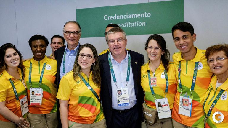 Сегодня. Аэропорт в Рио-де-Жанейро. Томас Бах с волонтерами олимпийских игр.