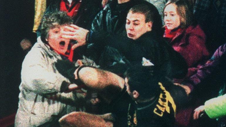 25 января 1995 года. Лондон. Удар Эрика КАНТОНА. Фото AFP