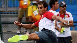 Футболист Надаль на корте в Рио-де-Жанейро