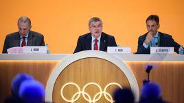 Вторник. Рио-де-Жанейро. Бывший президент МОК Жак РОГГЕ, действующий президент организации Томас БАХ и генеральный директор Кристоф ДЕ КЕППЕР (слева направо) на открытии 129-й сессии МОК.