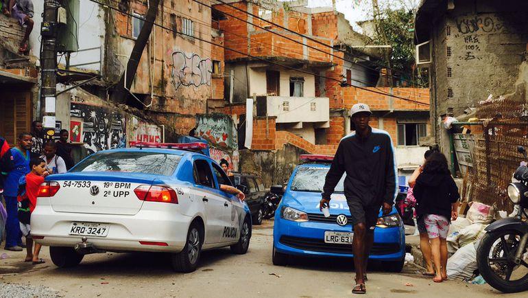 Вчера. Рио-де-Жанейро. Подразделения UPP патрулируют фавелу Кантагалу. Фото Дмитрий ЗЕЛЕНОВ, «СЭ»