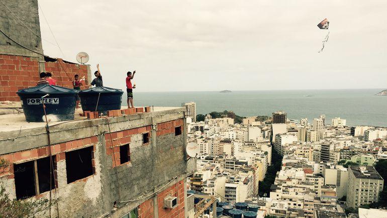 Маленькие жители фавел запускают в бразильское небо воздушных змеев. Фото Дмитрий ЗЕЛЕНОВ, «СЭ»