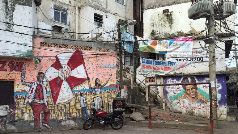 Граффити с портретом убитого танцора в фавеле Павау. Фото Дмитрий ЗЕЛЕНОВ, «СЭ»